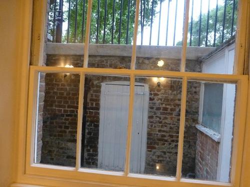 20120902ホテル地下食事室の窓の外.jpg