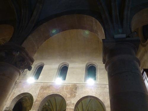 20121004サン・ジュリアン・ル・ポーヴル教会内部.jpg