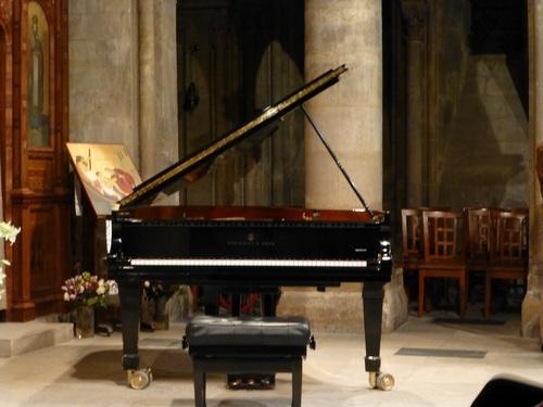 20121004スタインウェイピアノ-サン・ジュリアン・ル・ポーヴル教会.jpg