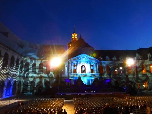210120911野外オペラ観客席から見た舞台.jpg