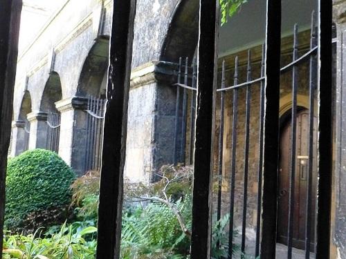 ウエストミンスター寺院中庭から3.jpg