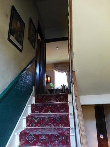 シャーロック・ホームズミュージアム 2階から3階への階段.jpg