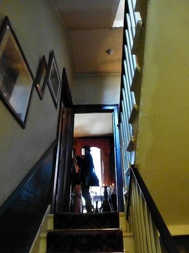 シャーロック・ホームズミュージアム 2階への階段.jpg
