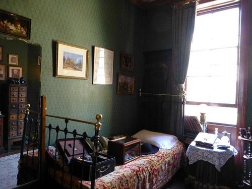 シャーロック・ホームズミュージアム 2階ホームズのベッド.jpg