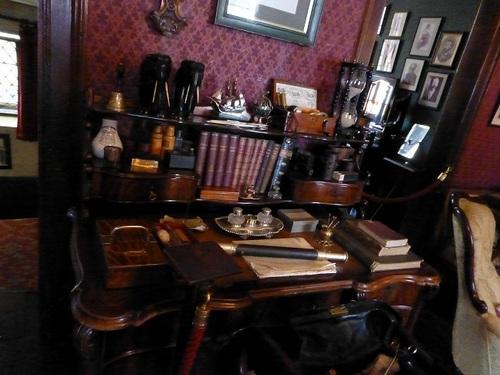 シャーロック・ホームズミュージアム 2階書斎の机.jpg