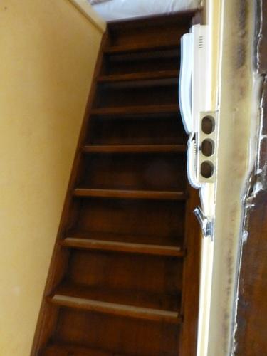 rue d'ECOSSE部屋ドア脇の階段.jpg