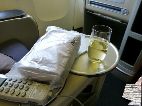 20120817エールフランスビジネスクラスシャンパンとポーチ.jpg