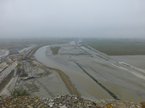 20121025モン・サン・ミッシェル17 干潟の工事中.jpg