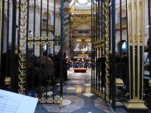 20121111ヴァル・ド・グラース教会コンサート開始前6.jpg