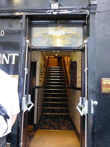 シャーロック・ホームズレストラン2階へ.jpg
