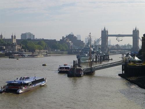 ロンドンブリッジから見たタワーブリッジ.jpg